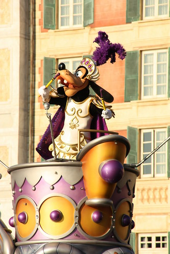Goofy gets into the rythm by using his drum sticks to create an infectious beat!