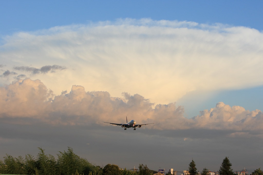 Huge cumulonimbus and the airplanes to RJOO