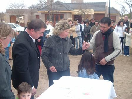 Familia adjudicataria en la firma de la escritura