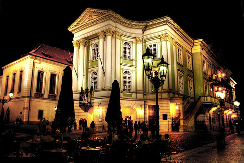 A theater at night. Prague. Un teatro por la noche. Praga