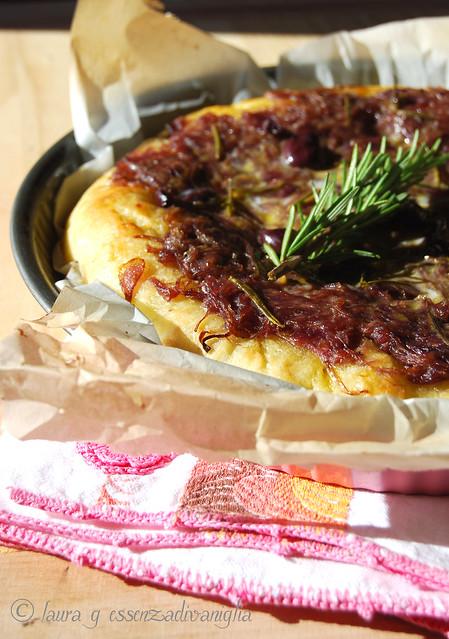 Focaccia con cipolla rossa, olive nere ed acciughe