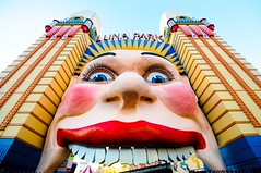 get in my belly! (5ERG10) Tags: ocean park blue sunset red sky orange west detail face sergio smiling yellow architecture mouth point nose lights harbor amusement back eyes nikon rocks afternoon angle pacific harbour teeth details towers wide sydney may entrance australia landmark icon lips luna quay nsw newsouthwales theme late nikkor funfair 2009 sidney architettura circular harbourside gaping milsons schiena milsonspoint oceania dettaglio d300 motivo oldkingcole flanking 18200m amiti 5erg10 sergioamiti arthurbarton