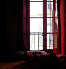 Petit matin (Jessie Romaneix ) Tags: light red nid home studio rouge purple flat lumire grain violet curtains grainy maison regard ambiance bruit rideaux anvironment
