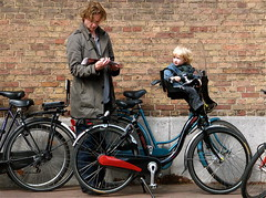 THE HAGUE (Akbar Simonse) Tags: people holland netherlands bike bicycle reading newspaper child candid father thenetherlands streetphotography denhaag thehague streetshot beginnerstreetphotography theperfectphotographer 200000000stagelovers akbarsimonse