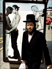 Jew in London (JFlemming) Tags: england people london israel traditional religion jew judaism cloth cultural parfume reklamer tro lugte byer tj hatte unge bekldning calvinkleine traditioner jder relegioner