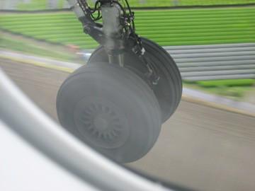 鹿児島空港着陸間近のボンバルディア機