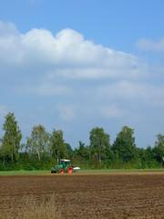 pflgen her (xmyrxn) Tags: tractor field traktor farming landwirtschaft feld plow plowing plough acre mnsterland borken acker schlepper fendt muensterland pflug pflgen xmyrxn marbeck