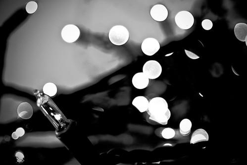 Detalle de una bombilla de un árbol de navidad