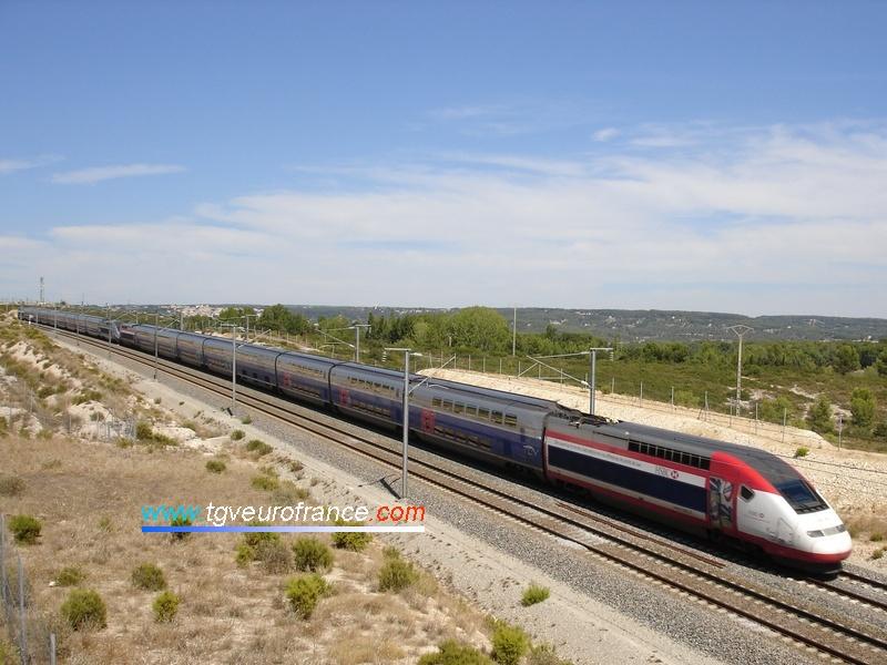 La rame TGV Duplex de tête est aux couleurs de la banque HSBC.