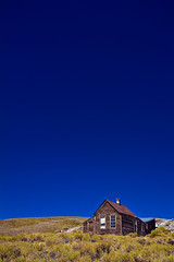 Bodie (Luis Montemayor) Tags: california blue sky house grass azul casa explore pasto cielo ghosttown bodie pueblofantasma abigfave top20blue