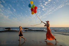 in a dream... (david_CD) Tags: summer vacation sky david beach kids balloons children fun mother wideangle run ver1 ver2 ver4 ver5 ver6 losangles flickrsbest childisch lightonkids ver7 85920186