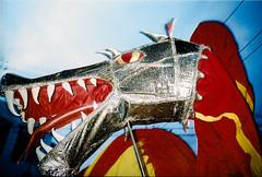 O dragão do bloco Eu Acho É Pouco sempre arrasta uma multidão pelas ruas do sítio histórico de Olinda. Foto: Manu Galindo