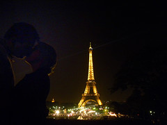 Kiss in Trocadro (Vinicius Portelinha) Tags: paris tower love french nikon kiss tour beijo eiffeltower frana eiffel romance toureiffel coolpix trocadero francia p90 parigi trocadro gustaveeiffel jardinsdutrocadro