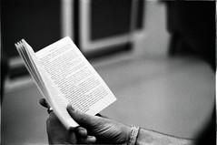leyendo un libro (reading a book) (Fabio McCaree) Tags: underground reading book nikon metro tube libro delta f100 400 nikkor 18 50 ilford maku drmaku