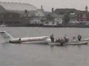 Qué le pasa a un avión si cae al agua