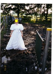 ap11-008_3 (swinegel) Tags: mud weddingdress schlamm brautkleid horsedung pferdekoppel pferdemist trashthedress