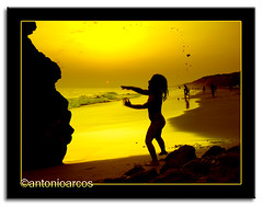 Lanzadera, SummerScenes&Gold (AntonioArcos aka fotonstudio) Tags: ocean sunset red orange sun beach water girl bravo huelva silhouettes playa games colores atlantic rojos magicdonkey anawesomeshot aplusphoto fotonstudio ultimateshot torredelloro antonioarcos goldenphotographer aplusphoto0
