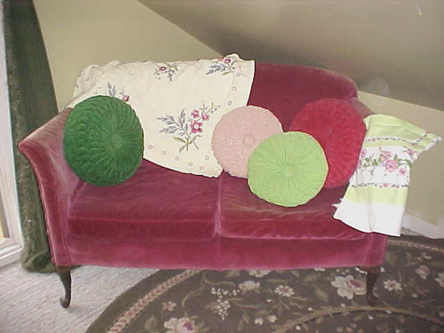 raspberry loeveseat ~pillows~linens