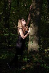 IMGP9800 (la fe_M) Tags: light portrait woman nature beautiful beauty rouge ruins dress pentax robe lumire femme beaut belle sweetness calme verdure k10 ruines k10d pentaxk10d lafeem