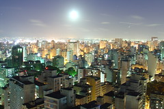 Lua em So Paulo (Luiz Henrique Assuno) Tags: brazil moon brasil sopaulo sony noturna lua v1 nocturne amricadosul diaadiabrasileiro licassuncao