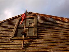 Fiestas Patrias (Mielvenenosa) Tags: chile house casa madera septiembre bandera techo chiloe chonchi chiloé chilena fiestaspatrias tejuelas chilote chilota isladechiloé mielvenenosa ciudaddelostrespisos