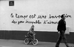 Disabled in love, Paris 06.jpg (O'mages) Tags: street blackandwhite paris france love blancoynegro girl beautiful wall wonderful children kid europe message time noiretblanc fv5 amour fv10 temps extraordinary kjrlighet blanconegro spinoza atoz 75011 bonzag aplusphoto hommageadoisneau larecherchedutempperdu