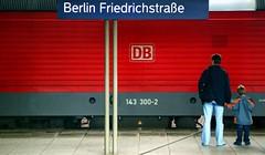 al sicuro con papà (rosa_pedra) Tags: red berlin germany para rosso tempo germania berlino colorphotoaward fotodistrada mcb1503