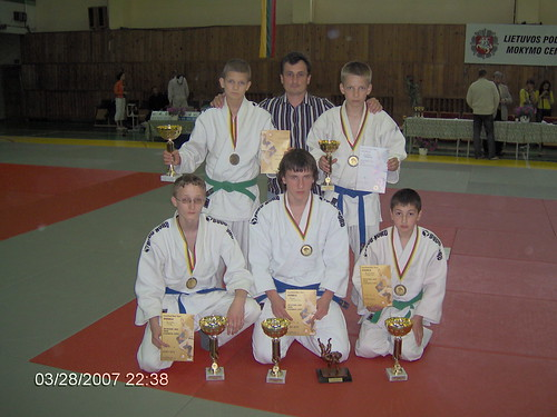 Pirmas iš kairės tupi A.Tipšas, M.Vaitkevičius,A.Oganian stovi iš kairės R.Diburys treneris A.Kasteckas ir D.Kasteckas