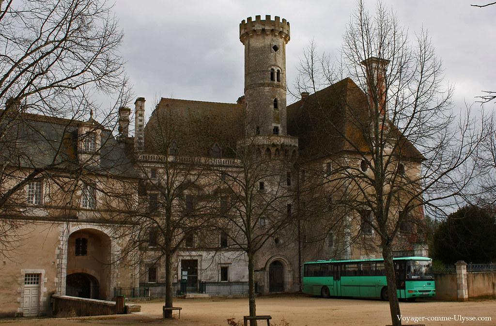 Les bâtiments ont des ressemblances avec un château fort