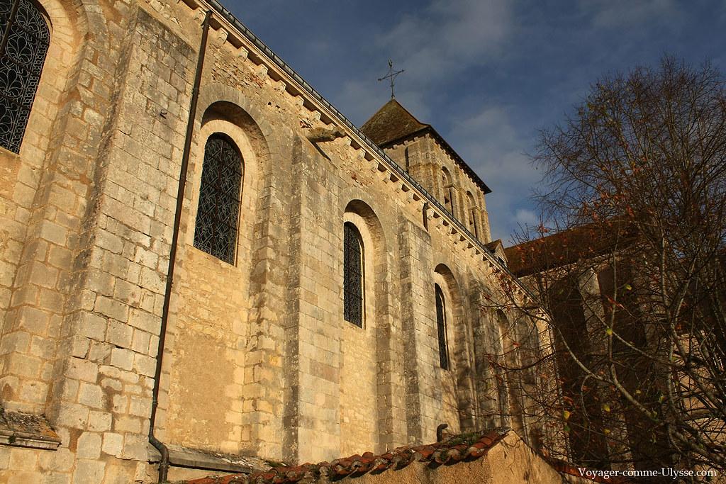 Murs massifs de l'église