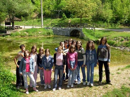 đaci na izvoru Vrelo