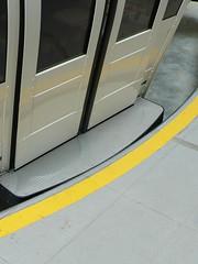 纜車門處的腳踏板,間隙很小
