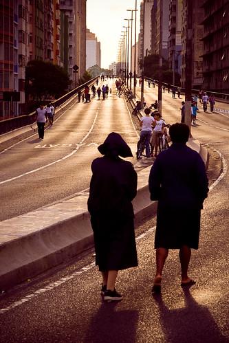 As freiras. -- sãopaulo sun silhouette people backlight motti freiras highway sampaist minhocão contraluz sol