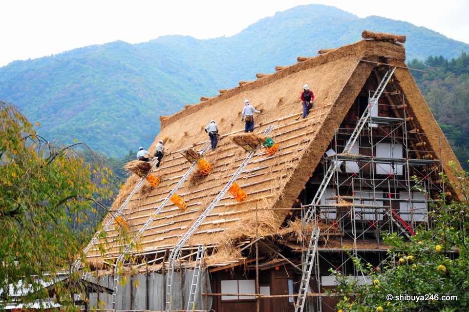 A house having its roof remade in the traditional style