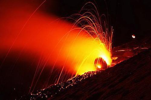 994477651 38f09fd906 Danger and Beauty of Hawaiian Volcanoes