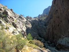 Au pied de la falaise pour déjeuner : le cirque rocheux terminal de Tana di l'Orsu