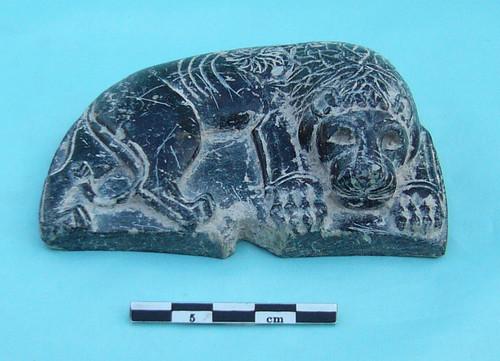 """Statuette en pierre représentant un lion couché, Bronze récent, chantier du """"Rempart"""" sur le site du tell de Ras Shamra (fouilles K. Al-Bahloul et M. Al-Maqdissi)"""