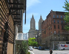 Columbus Avenue. Upper West Side (pijus) Tags: nyc usa ny newyork buildings island edificios manhattan may upperwestside mayo fedex isla illa nuevayork columbusave maig novayork edificis