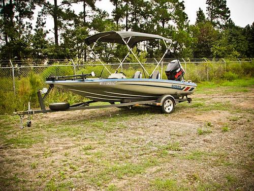 1990 Nissan 17' Bass Boat