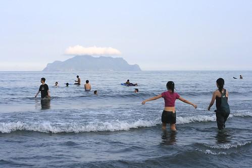龜山島和戲水的人 - Pacific Ocean.