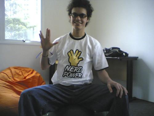 Marco Gomes com camiseta Nerd Power