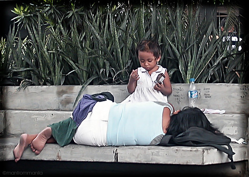 Philippinen  菲律宾  菲律賓  필리핀(공화국) Pinoy Filipino Pilipino Buhay  people pictures photos life child, city, girl, mother, Philippines, scene, sidewalk, street, young sleeping