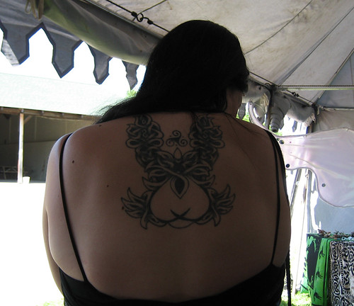 Girl on Tattoos : Plant Tattoos Painted on the Back Girl
