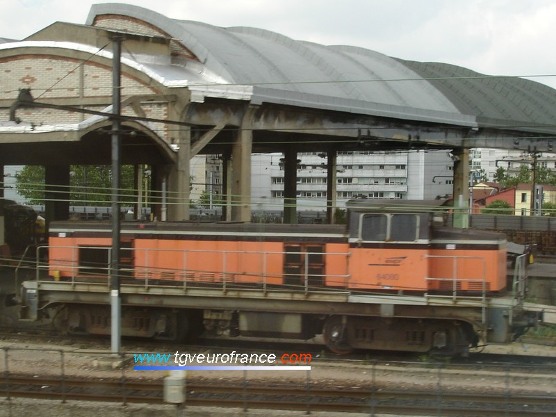 Une locomotive BB 63500 en livrée Arzens en stationnement à Paris Charolais