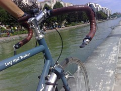 riding the canal de l'ourcq