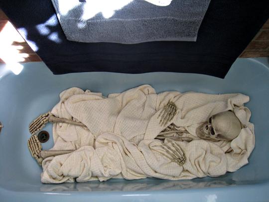 skeleton in the bathtub+halloween decor