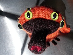 two more pictures of ooooo (giolou) Tags: autumn orange bird animal monster toy stuffed eyes knitting pattern plushie creature ooooo myowndesign orneryoctoocularornithologicaloddity justificationofmoneyspentonflickrproaccountrenewal