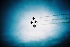 USAF thunderbirds (lomokev) Tags: sky silhouette clouds plane dark flying lomo lca xpro lomography crossprocessed xprocess moody jet silhouettes lomolca airshow f16 falcon thunderbirds agfa vignetting usaf jessops100asaslidefilm agfaprecisa lomograph agfaprecisa100 cruzando precisa raffairford airtattoo f16fightingfalcon flybye f16c jessopsslidefilm lensvignetting f16cfightingfalcon file:name=070725lomolcaplusa49 rota:type=showall rota:type=silhouette use:on=moo