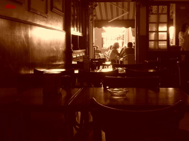 Cálido y tranquilo ambiente de bar.