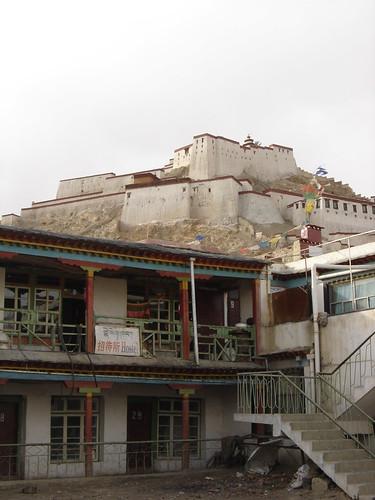 Mi hotel en Gyantse atras el fuerte